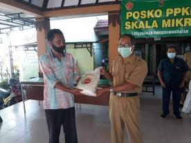Kelurahan Cokrodiningratan bersinergi dengan TNI-POLRI dalam Penyaluran Bantuan Sosial
